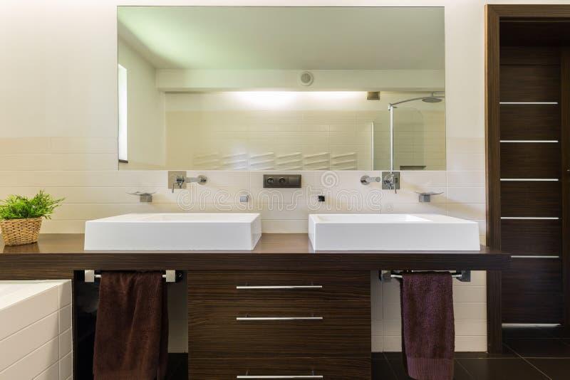 Moderne badkamers met donker meubilair royalty-vrije stock foto's