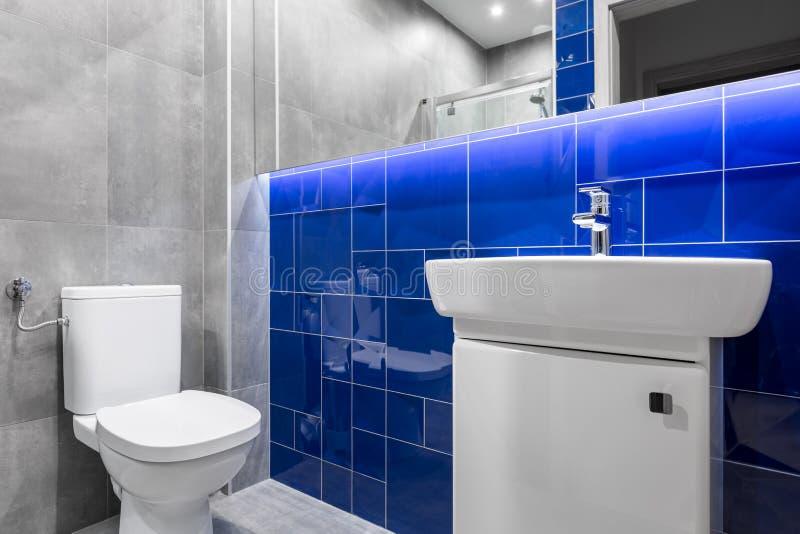 Moderne badkamers met glanzende tegels stock foto's