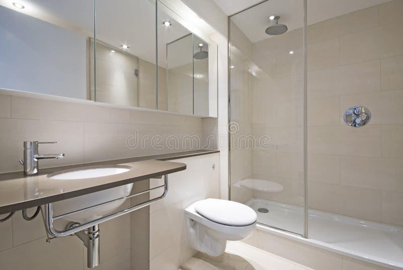 Moderne badkamers met het bassin van de ontwerperwas stock afbeeldingen