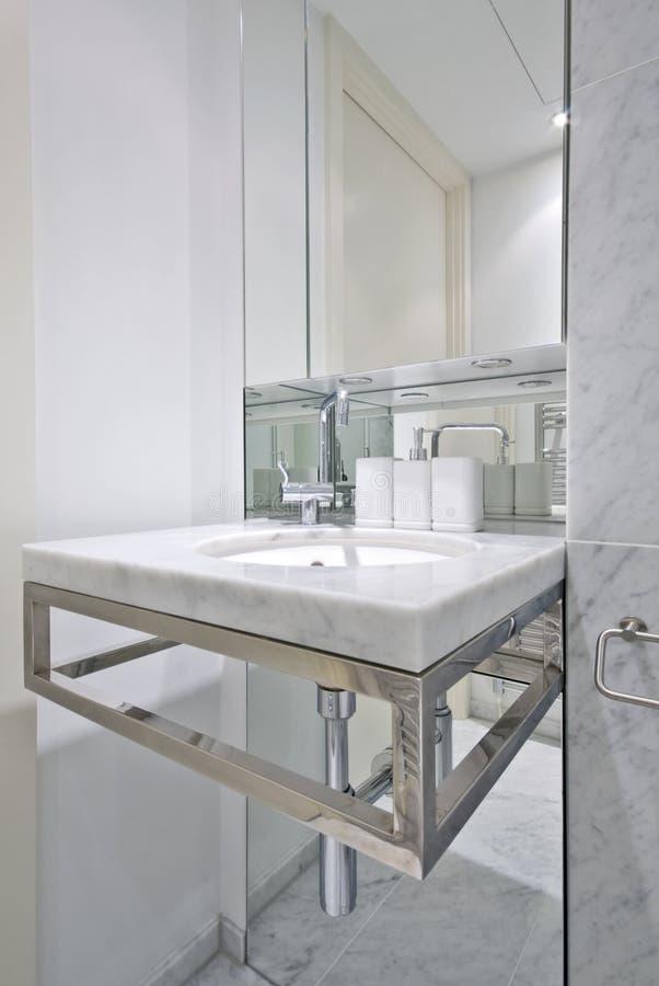 Moderne badkamers met het bassin van de ontwerperwas stock fotografie