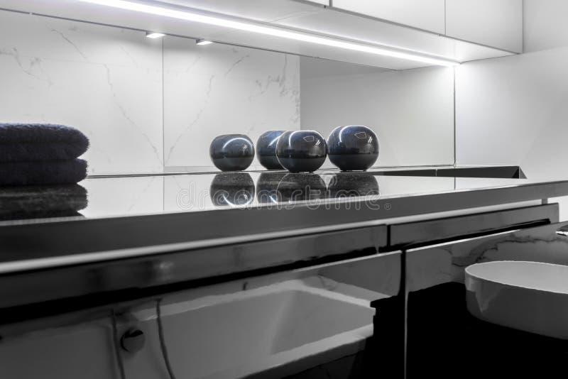 Moderne badkamers met het marmeren eindigen royalty-vrije stock foto