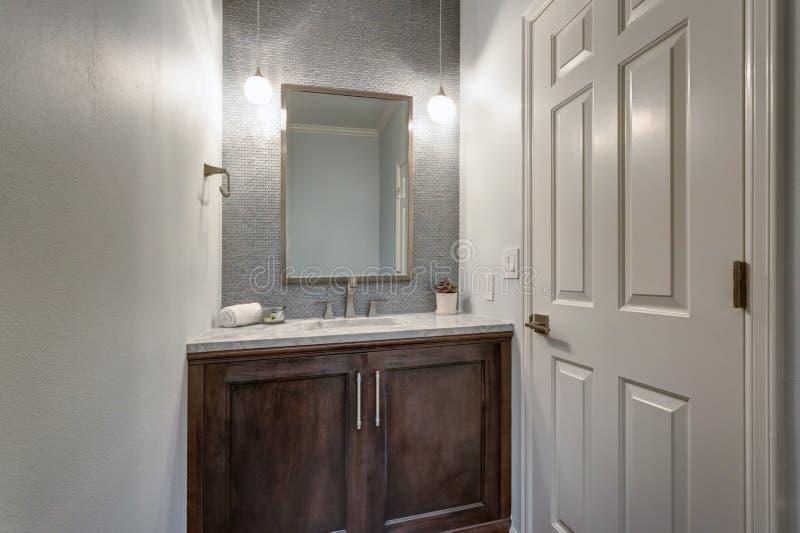 Moderne badkamers met marmer bedekte ijdelheid royalty-vrije stock afbeelding