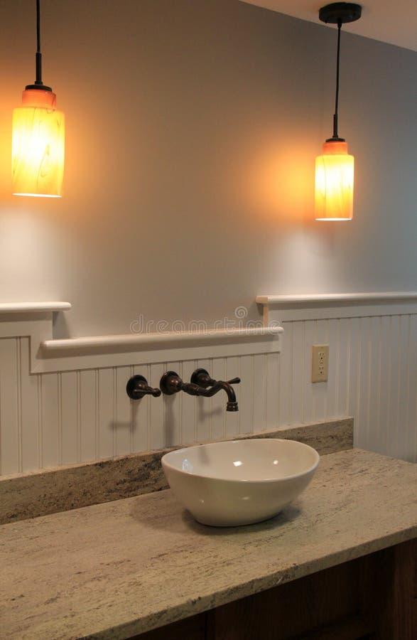 Moderne badkamers met schitterende inrichtingen stock foto