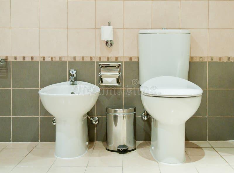 Moderne Badkamers met Toilet en Bidet stock foto