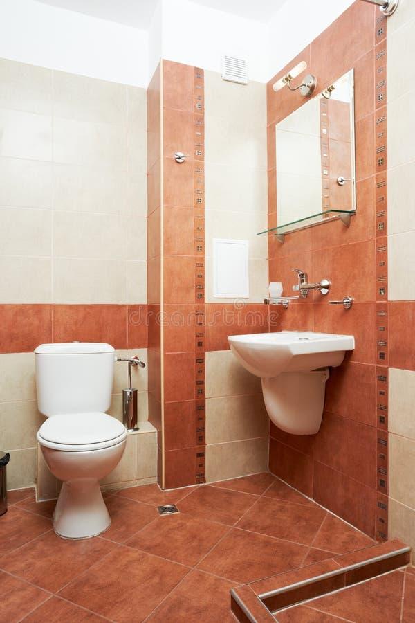 Moderne badkamers in rode kleur stock afbeelding
