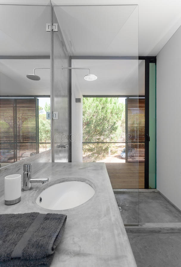 Moderne badkamers in vakantiehuis stock afbeelding