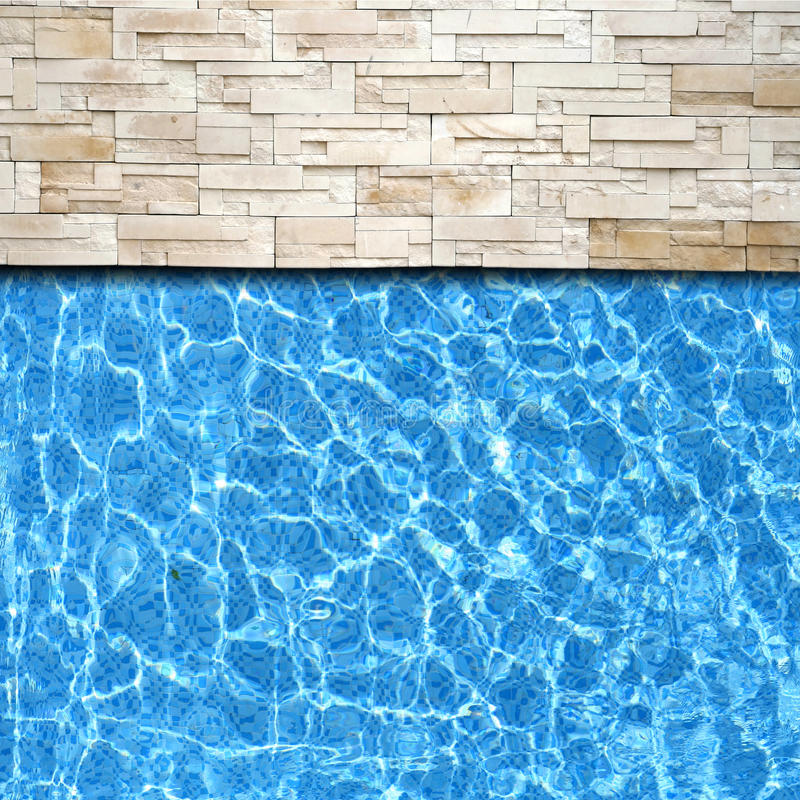 Moderne baksteenbestrating met poolrand stock fotografie