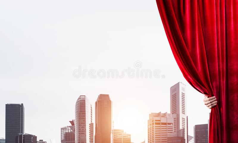 Moderne bedrijfsdiecityscape achter gordijn door zakenmanhand wordt geopend royalty-vrije stock foto's