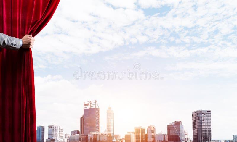 Moderne bedrijfsdiecityscape achter gordijn door zakenmanhand wordt geopend stock afbeelding