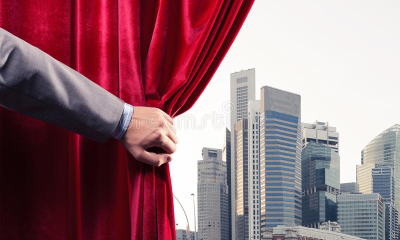 Moderne bedrijfsdiecityscape achter gordijn door zakenmanhand wordt geopend royalty-vrije stock foto
