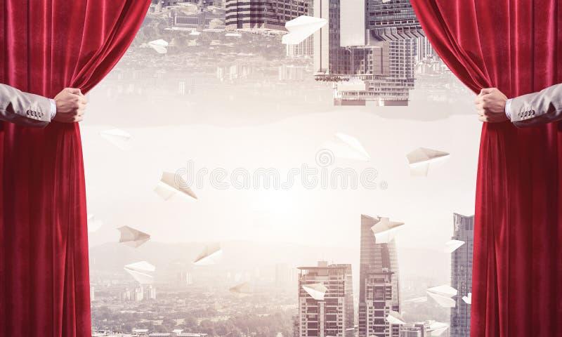 Moderne bedrijfsdiecityscape achter gordijn door zakenmanhand wordt geopend royalty-vrije stock fotografie