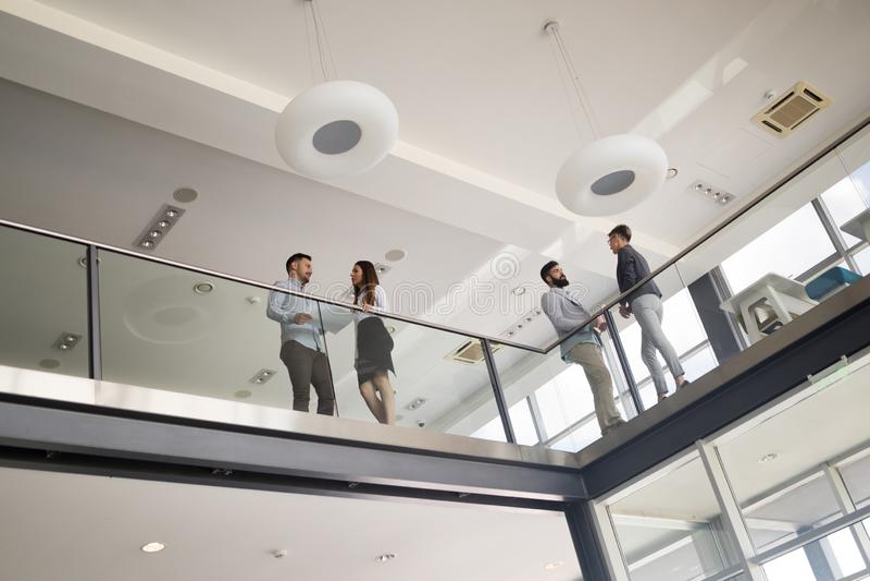 Moderne bedrijfsmensen die op treden in glaszaal lopen in bureau royalty-vrije stock fotografie