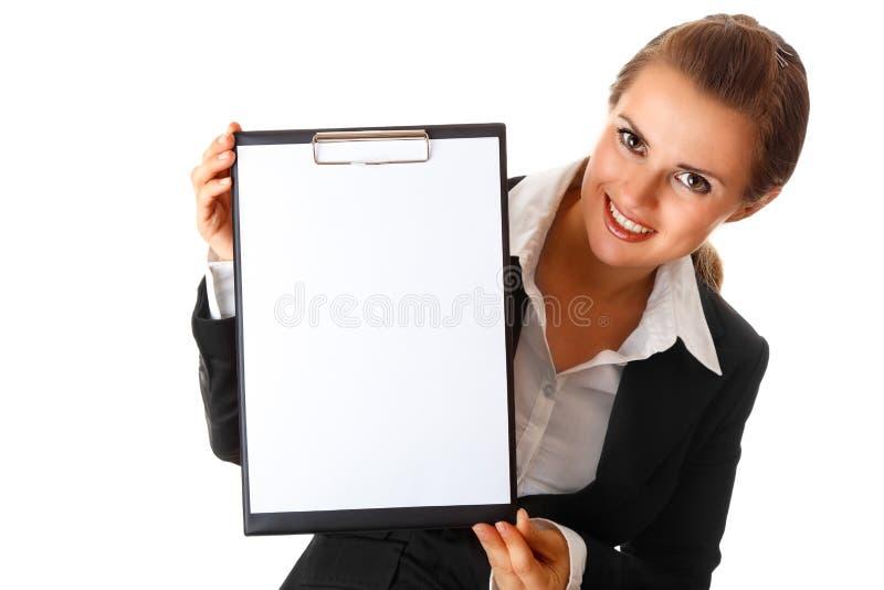 Moderne bedrijfsvrouw die leeg klembord houdt royalty-vrije stock afbeeldingen