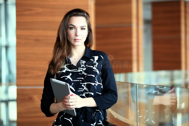 Moderne bedrijfsvrouw in het bureau met exemplaarruimte royalty-vrije stock foto's