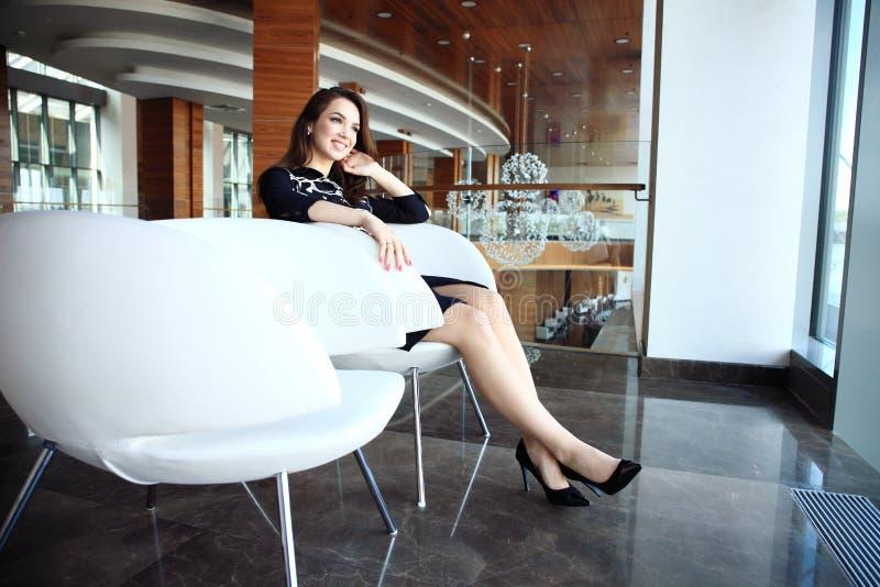 Moderne bedrijfsvrouw in het bureau met exemplaarruimte stock afbeelding
