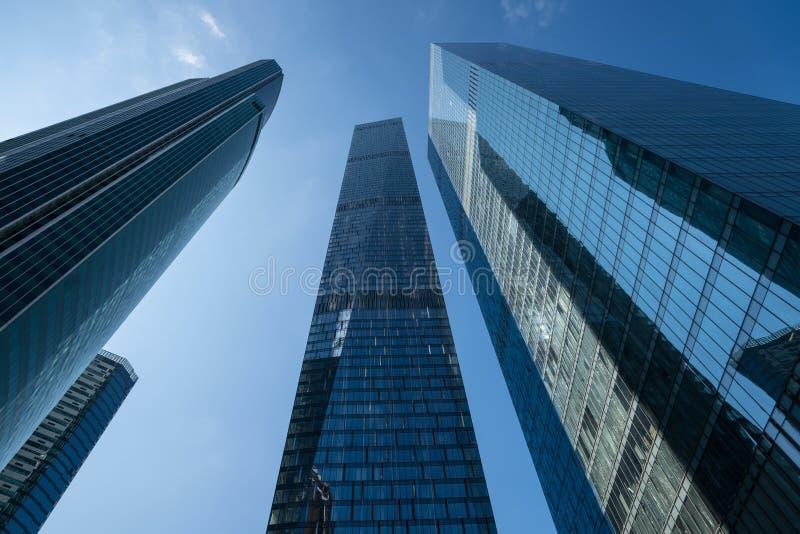 Moderne bedrijfswolkenkrabbers, high-rise gebouwen, architectuur r stock foto
