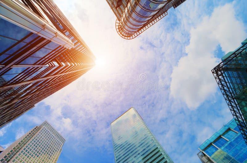 Moderne bedrijfswolkenkrabbers, high-rise gebouwen die, architectuur aan de hemel, zon opheffen stock afbeeldingen