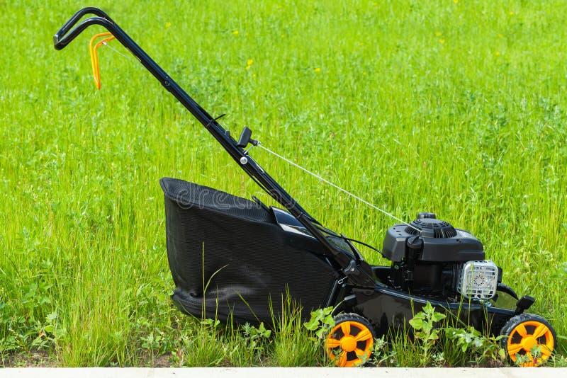 Moderne benzine aangedreven grasmaaimachine royalty-vrije stock afbeelding