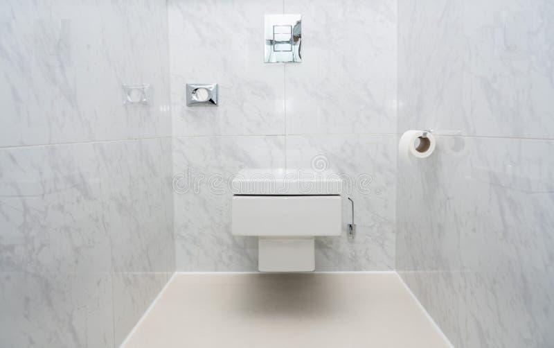 Moderne betegelde opgezette de kommuur van WC of van het toilet royalty-vrije stock afbeelding