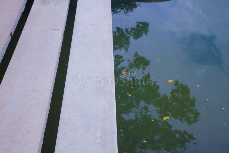Moderne Betonbrücke über dem Teich stockfoto