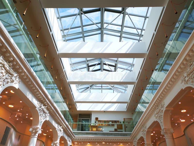 Moderne binnenlandse architectuur met licht aan de kant stock foto's