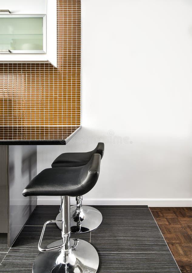 Moderne Binnenlandse Zaal met mooie Teller en Krukken royalty-vrije stock afbeelding