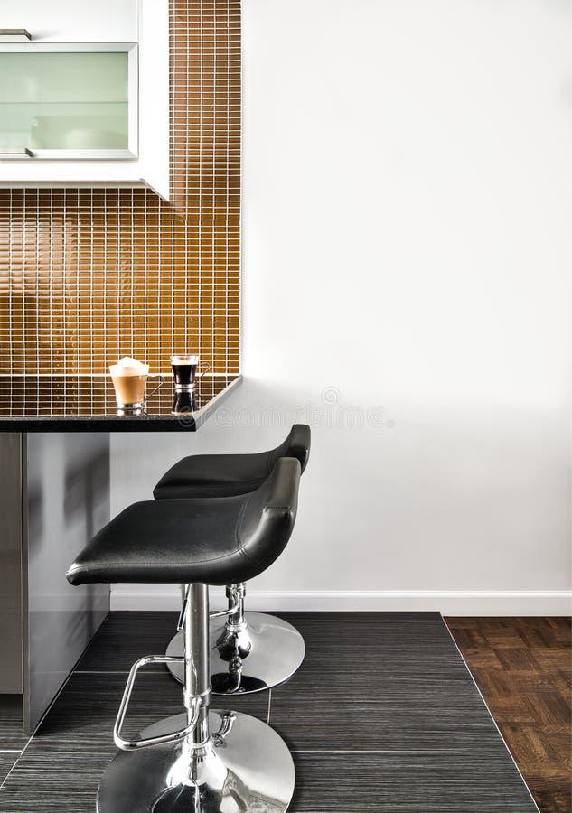 Moderne Binnenlandse Zaal met mooie Teller en Krukken royalty-vrije stock foto's