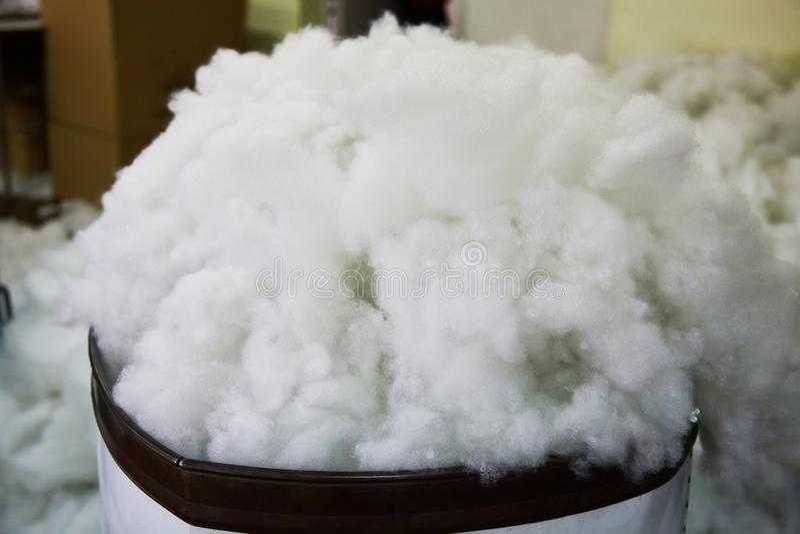 Moderne bio-polymere synthetische vuller voor stoffenspeelgoed op stuk speelgoed fabriek stock afbeeldingen