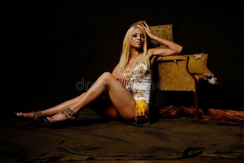 Moderne blonde Frau mit Verfassung stockbilder