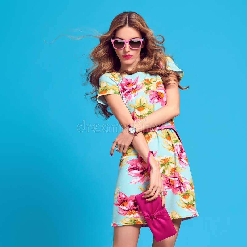 Moderne blonde Frau, modische Sommer-Ausstattung stockfotografie
