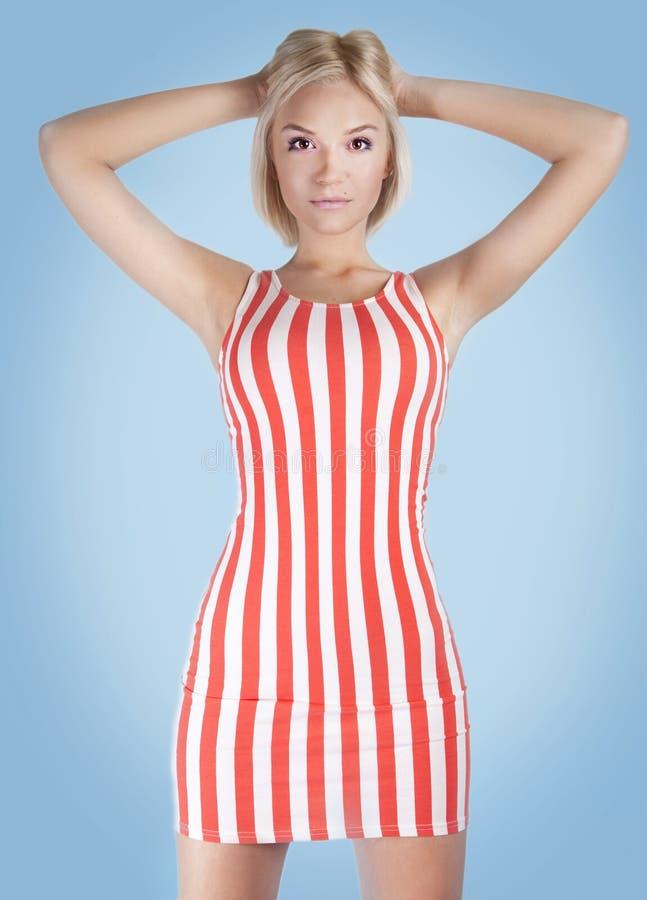 Moderne blonde Schönheitsaufstellung. lizenzfreie stockbilder