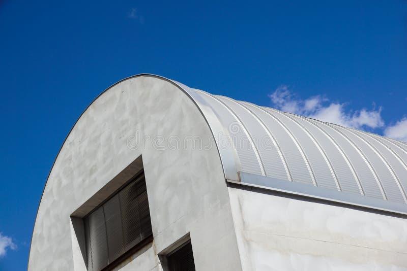 Moderne bouw Metaal het geribbelde boog-spanwijdte dak behandelen Omhoog het kijken royalty-vrije stock foto's
