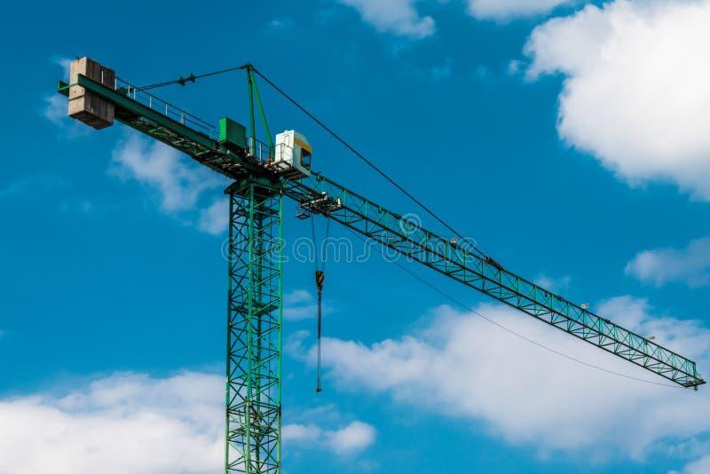 Moderne bouwkranen boven blauwe hemel stock afbeeldingen