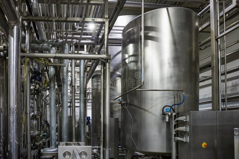 Moderne Brauerei, Stahlbottiche oder Behälter und Edelstahlrohre, Ausrüstungsmaschineriewerkzeuge für Bierherstellung lizenzfreies stockfoto