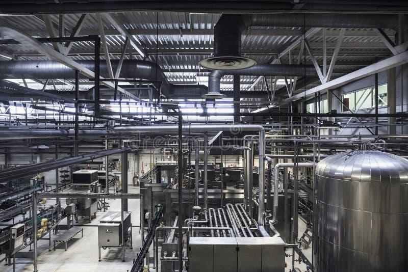 Moderne brouwerijinstallatie Reusachtig tanks of vat voor biergisting, industriële achtergrond met vele staalpijpen stock fotografie
