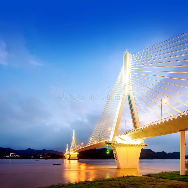 Moderne brug in de nacht royalty-vrije stock foto's