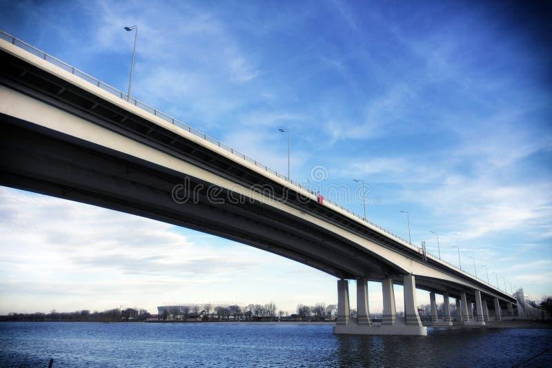 Moderne brug met hemel en rivier bij achtergrond royalty-vrije stock afbeeldingen