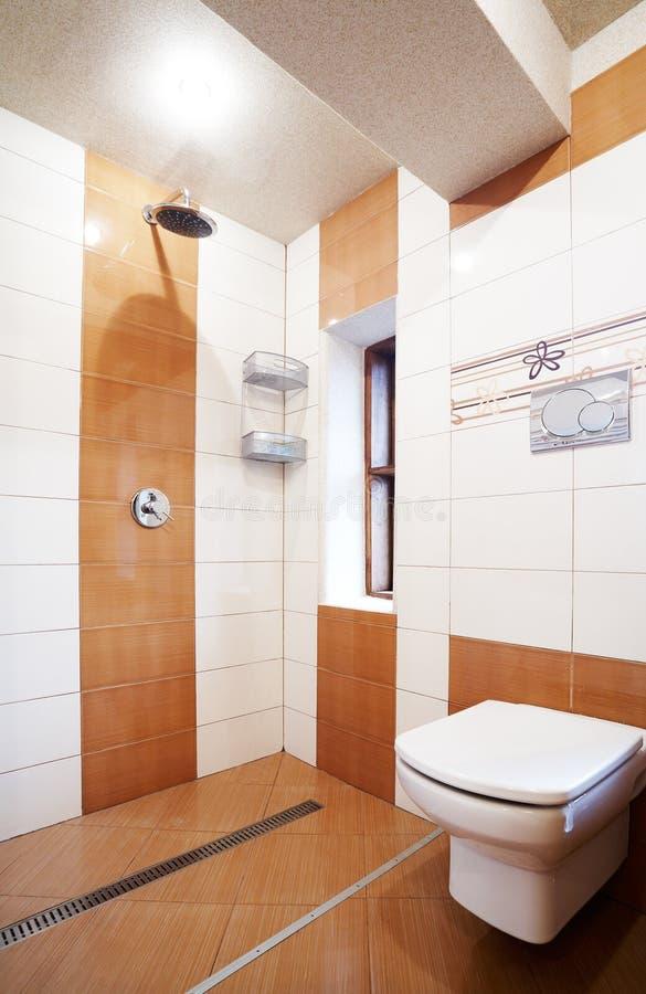 Moderne bruine en witte badkamers royalty-vrije stock fotografie
