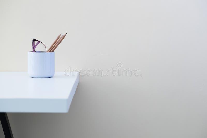 Moderne bureau` s werkomgeving en wat bureaulevering stock foto's