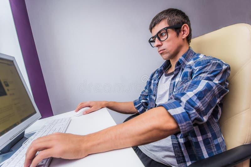 Moderne bureaumens die bij een computer werken royalty-vrije stock fotografie
