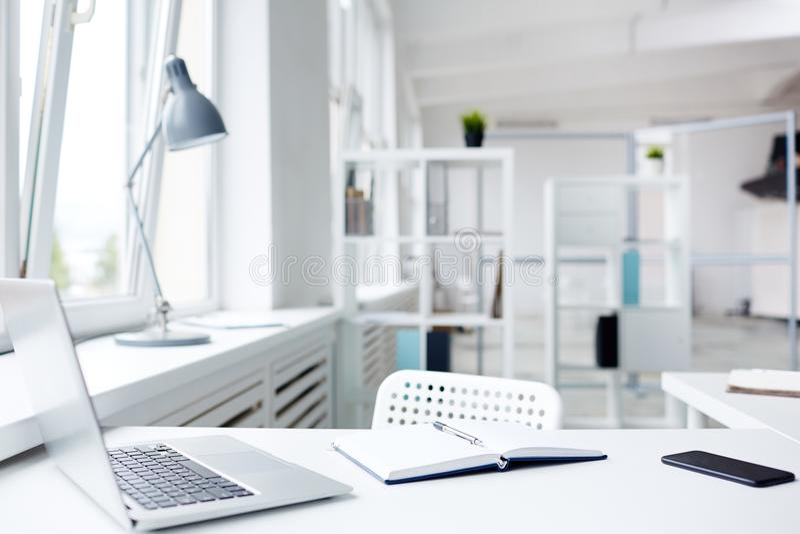 Moderne bureauwerkplaats stock afbeeldingen