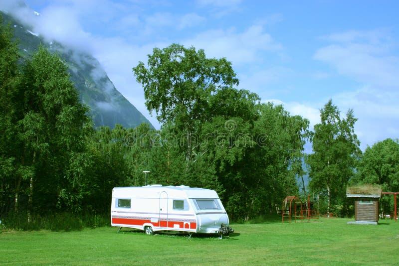 Moderne caravan bij het kampeerterrein in de bergen stock afbeelding
