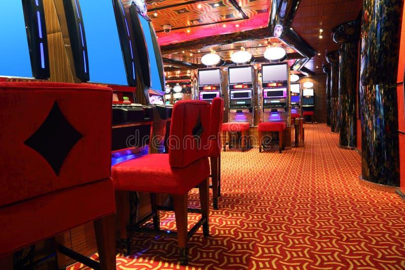 Moderne casinozaal met spelmachines stock foto