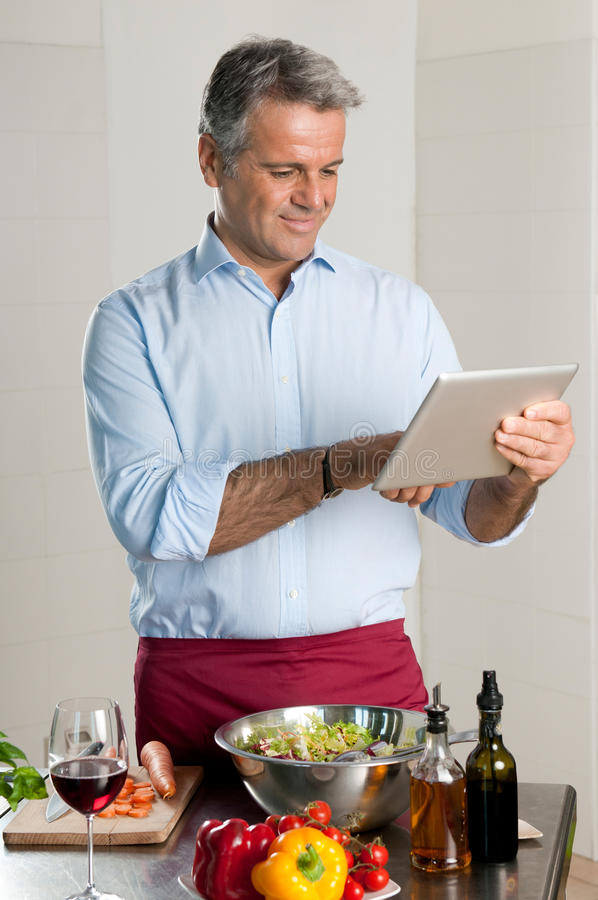 Moderne chef-kok met tablet stock fotografie