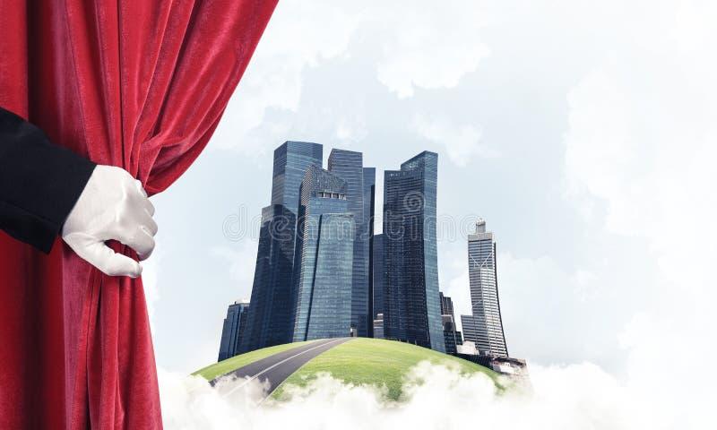 Moderne cityscape achter gordijngordijn en hand die het openen royalty-vrije stock foto's