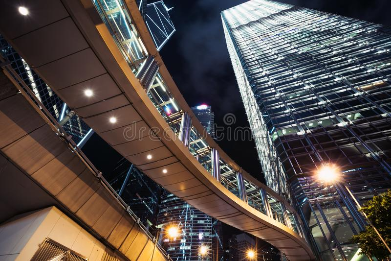 Moderne cityscape bij nacht met wolkenkrabbers stock afbeelding