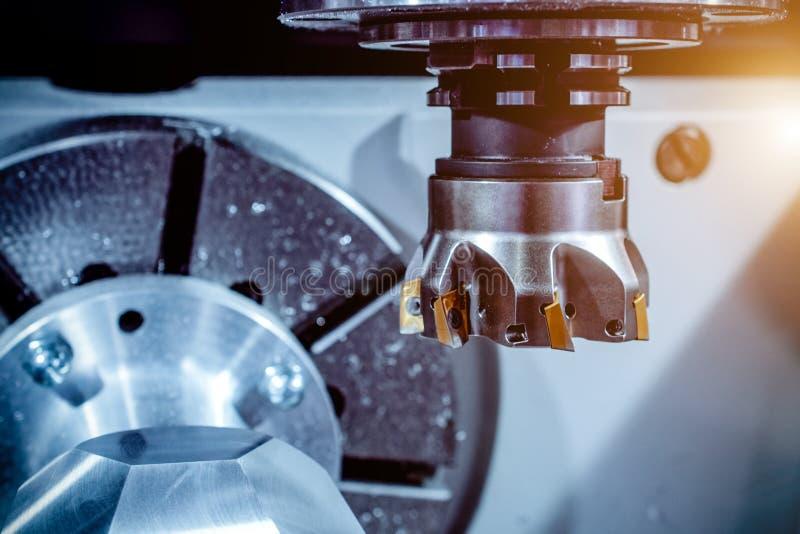 Moderne CNC werktuigmachine, de snijdersclose-up van het gezichtsmalen stock fotografie
