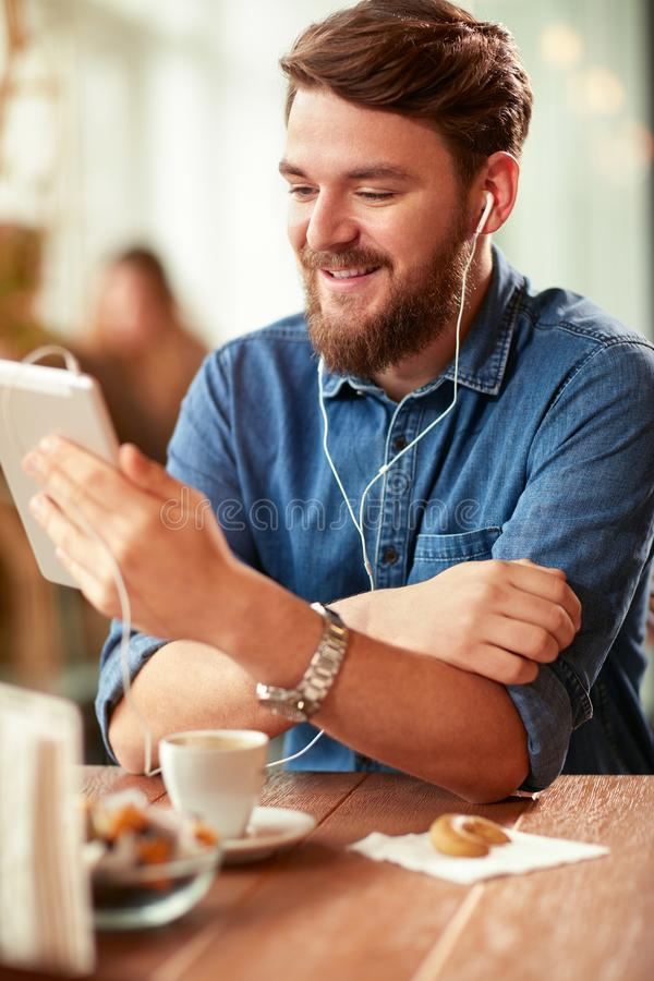 Moderne communicatie met celtelefoon royalty-vrije stock foto