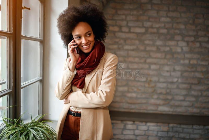 Moderne communicatie tussen mensen met celtelefoon stock fotografie