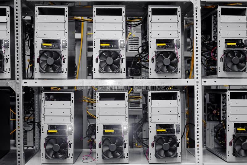 Moderne computergevallen in een gegevenscentrum royalty-vrije stock fotografie
